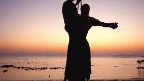 Vacation al mare, al tramonto ed alle coppie nell'amore su un'oscillazione Movimento lento 1920x1080 video d archivio