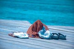 Vacation con i bambini del bambino - i pannolini, il Flip-flop, glasse del sole del cappello Fotografie Stock Libere da Diritti