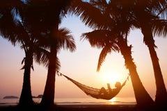 Vacation en hamaca en la playa hermosa de la puesta del sol, concepto del día de fiesta imágenes de archivo libres de regalías