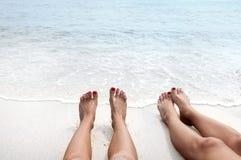 Vacation na praia, pés no litoral Imagem de Stock