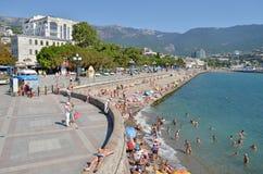 Vacation por el mar en la costa en la ciudad de Yalta Crimea, Ucrania Verano Foto de archivo libre de regalías