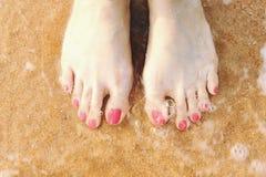 Vacation sur la plage d'océan, nu-pieds sur le sable de mer Photographie stock libre de droits
