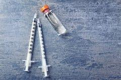 Vaccin dans la fiole avec des seringues Photographie stock libre de droits