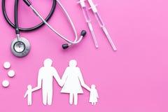 Vaccinazione come modo conservare famiglia in buona salute Siringa con la siluetta vicina vaccino colorata della famiglia sulla c fotografia stock