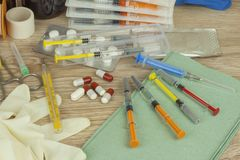 Vaccinazione contro l'epidemia di influenza Siringa e Vial Filled sterile con la soluzione del farmaco Fotografie Stock