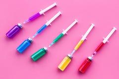 Vaccinering immunisering Spola ren och buteljera med medikamentet på bästa sikt för rosa bakgrund Arkivbilder
