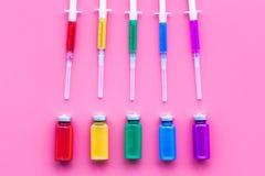 Vaccinering immunisering Spola ren och buteljera med medikamentet på bästa sikt för rosa bakgrund Fotografering för Bildbyråer