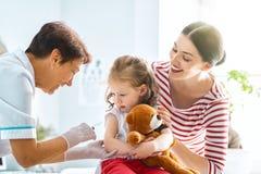 Vaccinering till ett barn royaltyfri fotografi
