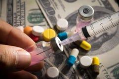 Vaccino di riempimento alla siringa con medicina e soldi Fotografie Stock Libere da Diritti