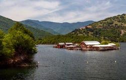 Vacha水坝的,德温自治市,南保加利亚浮船房子 免版税库存照片