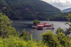 Vacha水坝的,德温自治市,南保加利亚浮船房子 库存照片