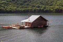 Vacha水坝的,德温自治市,南保加利亚浮船房子 库存图片