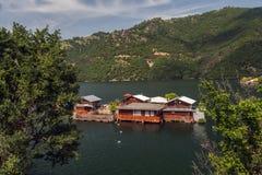 Vacha水坝的,德温自治市,南保加利亚浮船房子 免版税图库摄影