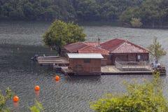 Vacha水坝的,德温自治市,南保加利亚浮船房子 免版税库存图片