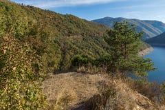 Vacha Antonivanovtsy水库, Rhodopes山,保加利亚河曲秋天风景  免版税库存照片