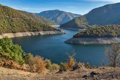 Vacha Antonivanovtsy水库, Rhodopes山,保加利亚河曲秋天风景  免版税库存图片