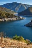 Vacha Antonivanovtsy水库, Rhodopes山,保加利亚河曲秋天风景  图库摄影