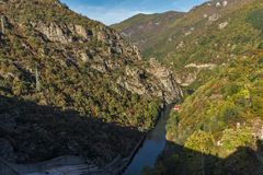 Vacha Antonivanovtsy水库, Rhodopes山,保加利亚河曲秋天风景  库存图片
