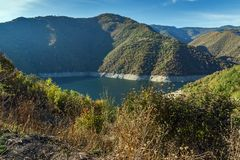 Vacha Antonivanovtsy水库, Rhodopes山,保加利亚河曲秋天风景  库存照片