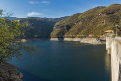 Vacha Antonivanovtsy水库, Rhodopes山,保加利亚河曲秋天风景  免版税图库摄影