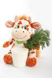 Vache avec du lait et la verdure. Photo stock