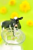 Vache et lait Images stock