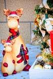 Vache et veau en céramique drôles et mignons dans les chapeaux et des écharpes rouges de plaid Photographie stock