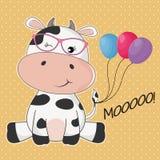 Vache mignonne à carte de voeux dans des lunettes de soleil et avec les ballons colorés illustration stock