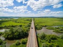Vache, route, vertes près de la frontière de l'état tatar et bachkir Photographie stock