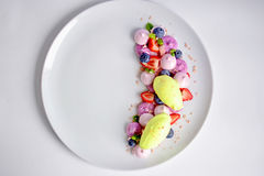 Vacherin | Basil Ice Cream | Meringue de myrtille | Guimauves de fraise photo libre de droits