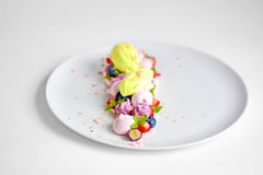 Vacherin | Basil Ice Cream | Meringue de myrtille | Guimauves de fraise Images stock