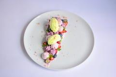 Vacherin | Basil Ice Cream | Meringue de myrtille | Guimauves de fraise images stock
