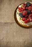 Vacherin, une maison faite gâteau à partir des couches de meringue, crème fouettée, et baies fraîches Photo libre de droits