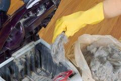 Vaciar el aspirador en la bolsa de plástico fotos de archivo
