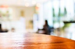 Vacie alrededor de la sobremesa en el fondo borroso cafetería con el bok Imagen de archivo libre de regalías