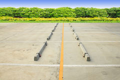 Vacie aparcamiento del coche hecha por el hormigón con el espacio azul Fotografía de archivo