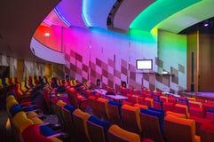 Vacie el auditorio moderno con todas las luces coloridas encendido foto de archivo