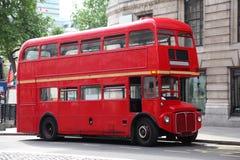 Vacie el autobús de dos pisos en la calle en Londres Fotos de archivo