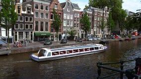 Vacie el barco de visita turístico de excursión en la ciudad de Amsterdam de Amsterdam almacen de video