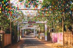 vacie el camino indio rural adornado con las banderas coloridas brillantes para el día de fiesta hindú Imagen de archivo