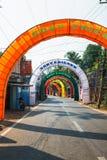 vacie el camino indio rural adornado con las banderas coloridas brillantes para el día de fiesta hindú Imagenes de archivo