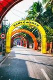 vacie el camino indio rural adornado con las banderas coloridas brillantes para el día de fiesta hindú Fotografía de archivo