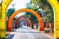 vacie el camino indio rural adornado con las banderas coloridas brillantes para el día de fiesta hindú Fotos de archivo
