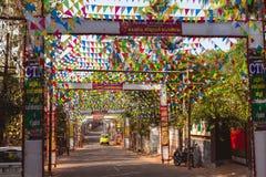 vacie el camino indio rural adornado con las banderas coloridas brillantes para el día de fiesta hindú Fotos de archivo libres de regalías