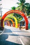 vacie el camino indio rural adornado con las banderas coloridas brillantes para el día de fiesta hindú Foto de archivo libre de regalías