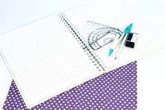 Vacie el cuaderno del Libro Blanco con la regla, prolongador, ángulo, triángulo, cuadrado en el fondo blanco Fotografía de archivo libre de regalías