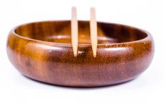 Vacie el cuenco de madera con los palillos en el fondo blanco Fotografía de archivo libre de regalías