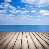 Vacie el embarcadero de madera con el mar y el cielo nublado Imagen de archivo