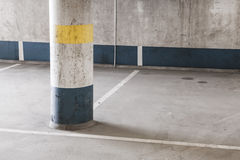 Vacie el estacionamiento subterráneo interior, columna redonda Foto de archivo libre de regalías