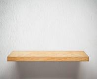 Vacie el estante o el estante de madera en la pared blanca fotografía de archivo libre de regalías